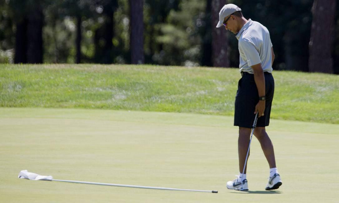 Outro belo destino muito visitado pela família Obama foi a ilha de Martha's Vineyard, em Massachusetts, que só pode ser acessada por barco ou avião. O isolamento era um dos motivos da escolha do destino. Na foto, de 2016, o ex-presidente joga golfe no local Manuel Balce Ceneta/Associated Press