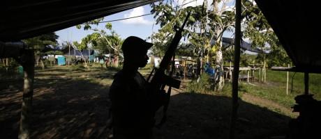 Um rebelde das FARC num acampamento no estado de Putumayo. Acordo de paz prevê entrega das armas pelos guerrilheiros Foto: Fernando Vergara / AP