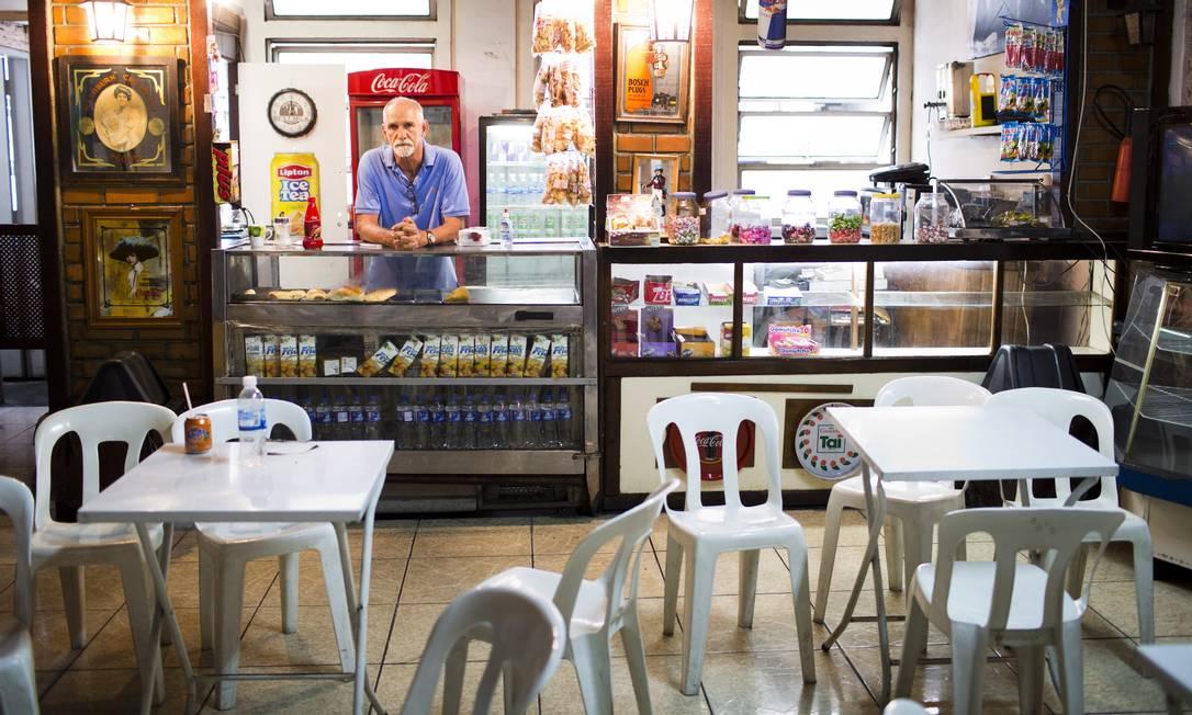 """'A maior crise'. Edson Marques de Araújo administra uma cantina na universidade desde 1989 e diz que nunca viveu tal situação: """"Vivia com R$ 10 mil por mês, hoje tenho de sobreviver com R$ 500. Tinha dois carros, hoje ando de bicicleta"""" Foto: Monica Imbuzeiro"""