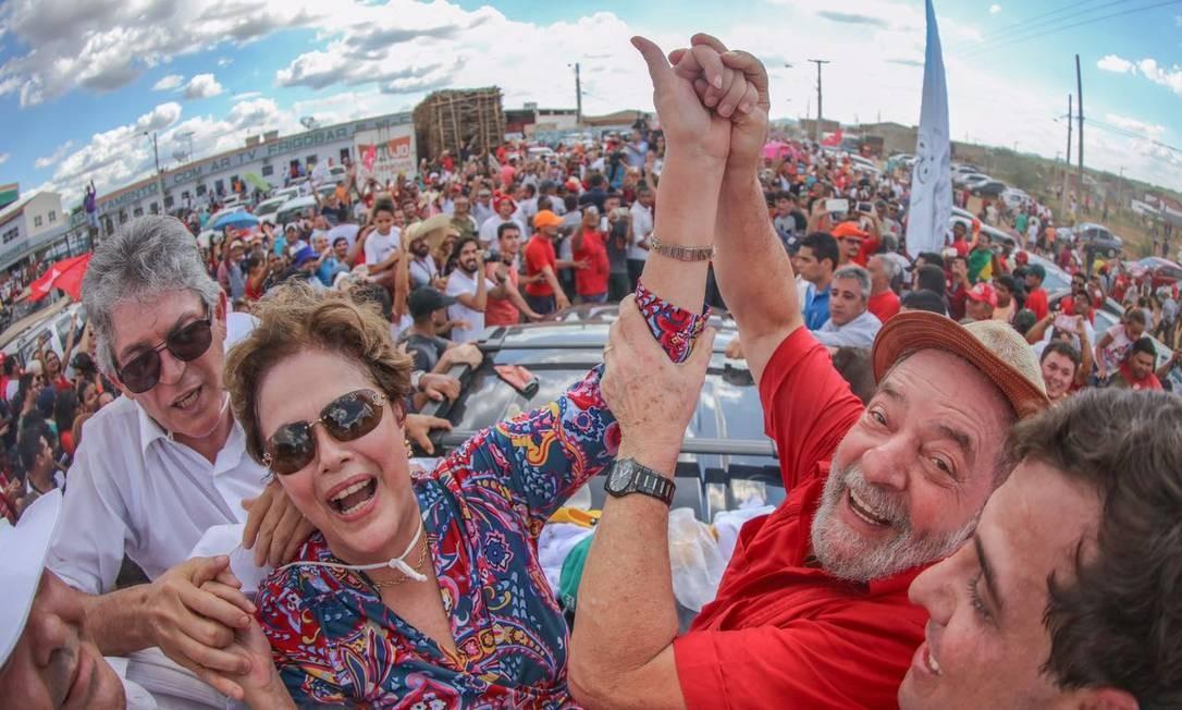 Dilma e Lula se cumprimentam durante evento na Paraíba Foto: Roberto Stuckert / Instituto Lula