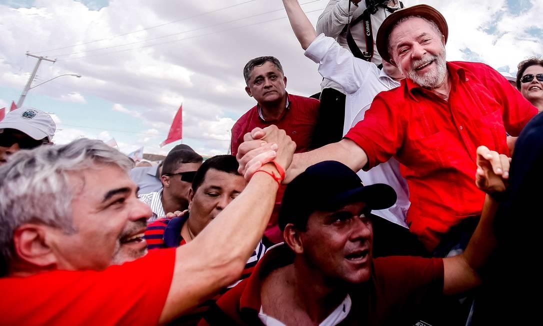 Lula cumprimenta senador Humberto Costa (PT) durante ato na Paraíba Foto: Divulgação
