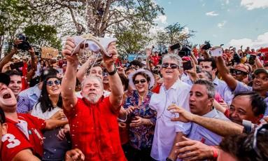 Lula molha chapéu nas águas da transposição do Rio São Francisco, em Monteiro, na Paraíba Foto: Roberto Stuckert Filho / Divulgação