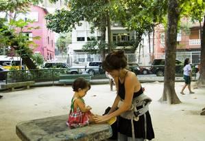 Rita Ariane não gostaria de deixar de levar a filha a lugares como a Praça Pio XI, onde foram encontrados macacos mortos em 2016 Foto: Bárbara Lopes / Agência O Globo