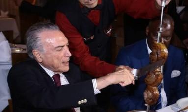 O presidente, Michel Temer, em churrascaria rodízio, com embaixadores dos maiores mercados importadores de carne do Brasil Foto: Givaldo Barbosa / O Globo
