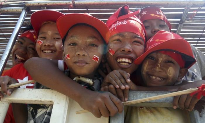 Crianças sorriem durante campanha eleitoral em Myanmar Foto: Thein Zaw / AP
