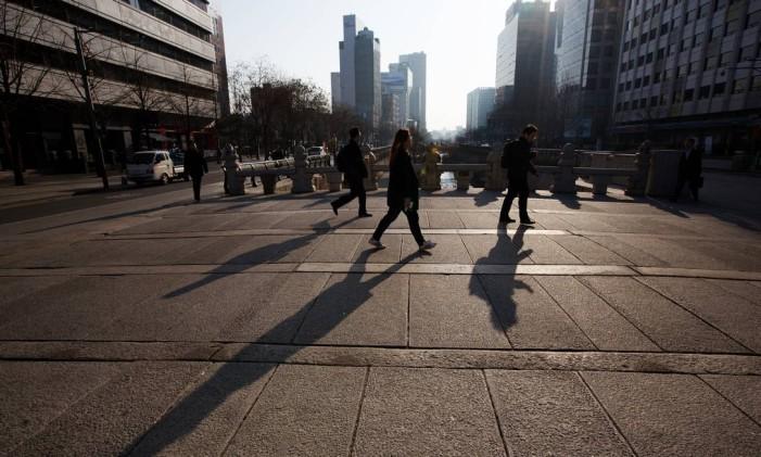 Pedestres caminham em Seoul, na Coreia do Sul Foto: SeongJoon Cho / Bloomberg