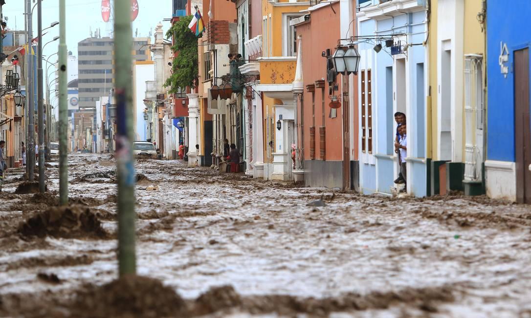 Enchentes afetaram a histórica e colorida cidade de Trujillo, a 570 quilômetros de Lima; as fortes chuvas já afetaram 630 mil pessoas no Peru AFP