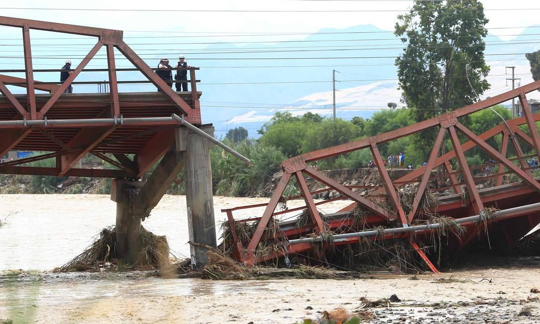 Ponte que liga o Norte de Peru a Lima colapsou por causa das enchentes; o fenômeno El Niño vem causando enchentes e destruição na costa CELSO ROLDAN / AFP