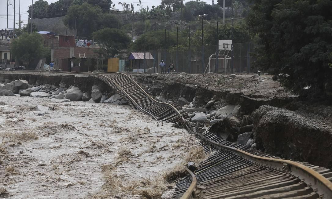 Trilhos de linha de trem ficaram destruídos pela água no distrito de Choisica; queda de pontes e vias de comunicação em várias localidades dificulta o trabalho de assistência às áreas atingidas nos 811 municípios que declararam emergência Martin Mejia / AP