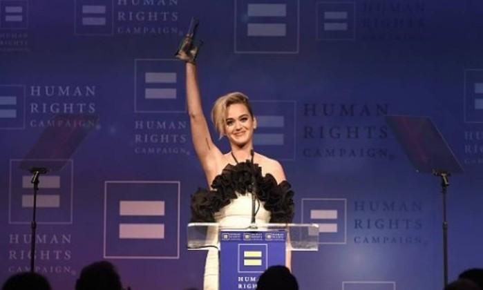 Katy Perry diz que já fez orações para não ser gay