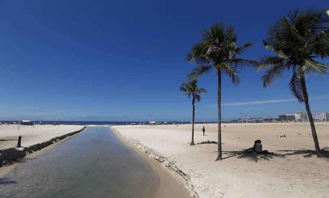 Língua negra nas areias da Praia de Copacabana Pablo Jacob / Agência O Globo