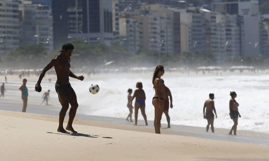 Banhistas aproveitam o sol mais fraco no primeiro dia de outono PABLO JACOB / Agência O Globo