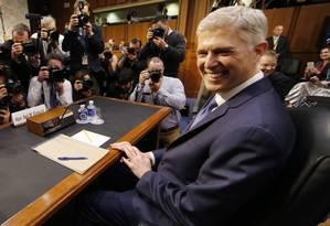 Indicado por Trump à Suprema Corte, Neil Gorsuch posa para fotos antes de começar seu processo de confirmação no Senado Foto: JIM_BOURG / REUTERS