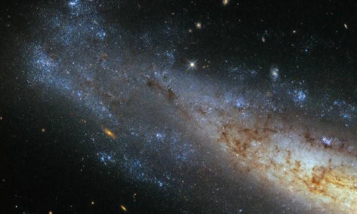 Imagem captada pelo Hubble mostra galáxia a 50 milhões de anos luz da Terra Foto: ESA/Hubble & NASA