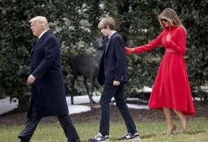 Presidente Donald Trump, seu filho Baron Trump e a Primeira dama Melania Trump caminham pelas redondezas da Casa Branca. Foto: Andrew Harnik / AP
