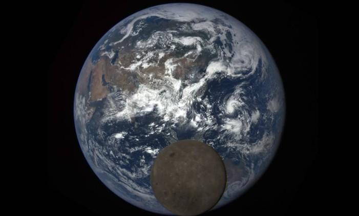 Imagem captada pelo DSCOVR mostra o lado escuro da Lua, com a Terra ao fundo Foto: NASA