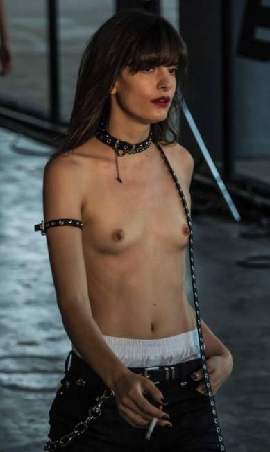 No desfile de inverno 2017 da Ellus, uma modelo chamou a atenção ao riscar a passarela de topless. Cheia de atitude, ela virou a imagem da coleção que celebrou os 45 anos da marca. Mas a grife não está sozinha. Topless, bumbum de fora, transparências e ausência de lingerie viraram mania entre os estilistas. Confira na galeria NELSON ALMEIDA / AFP