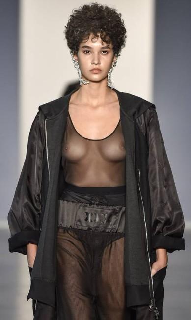 Na passarela da À la Garçonne, modelos usaram looks transparentes sem lingerie - a coleção fala de boxe e fetiche Ze Takahashi / FOTOSITE