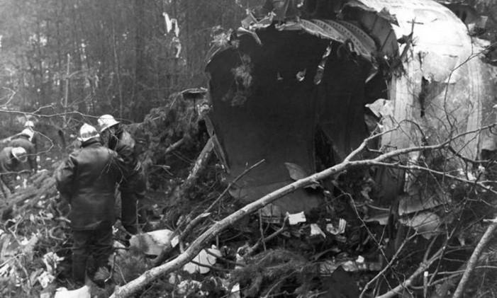 Bombeiros franceses conferem destroços de avião da Turkish, em 1974 Foto: Reprodução