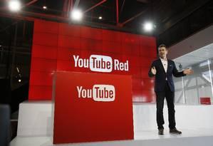 Em foto de arquivo, o diretor de negócios do YouTube, Robert Kyncl, apresenta o serviço por assinatura YouTube Red Foto: Danny Moloshok / AP