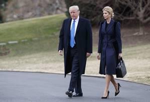 Trump e Ivanka caminham juntos nos jardins da Casa Branca Foto: Evan Vucci / AP