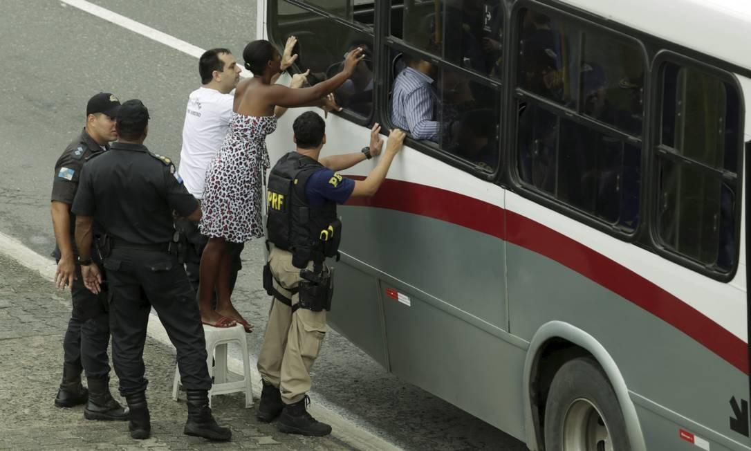 Mulher do assaltante durante as negociações para que ele se rendesse Foto: Gabriel de Paiva / Agência O Globo