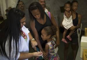 Criança de 5 anos é vacinada contra febre amarela em Casimiro de Abreu Foto: Leo Correa / AP