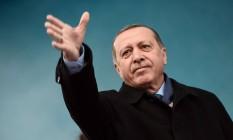 Presidente turco, Recep Tayyip Erdogan, acena para plateia durante comício em Istambul Foto: OZAN KOSE / AFP