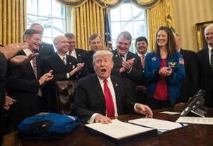 Presidente dos EUA, Donald Trump, reage depois de assinar a lei que autoriza o orçamento da Nasa Foto: NICHOLAS KAMM / AFP