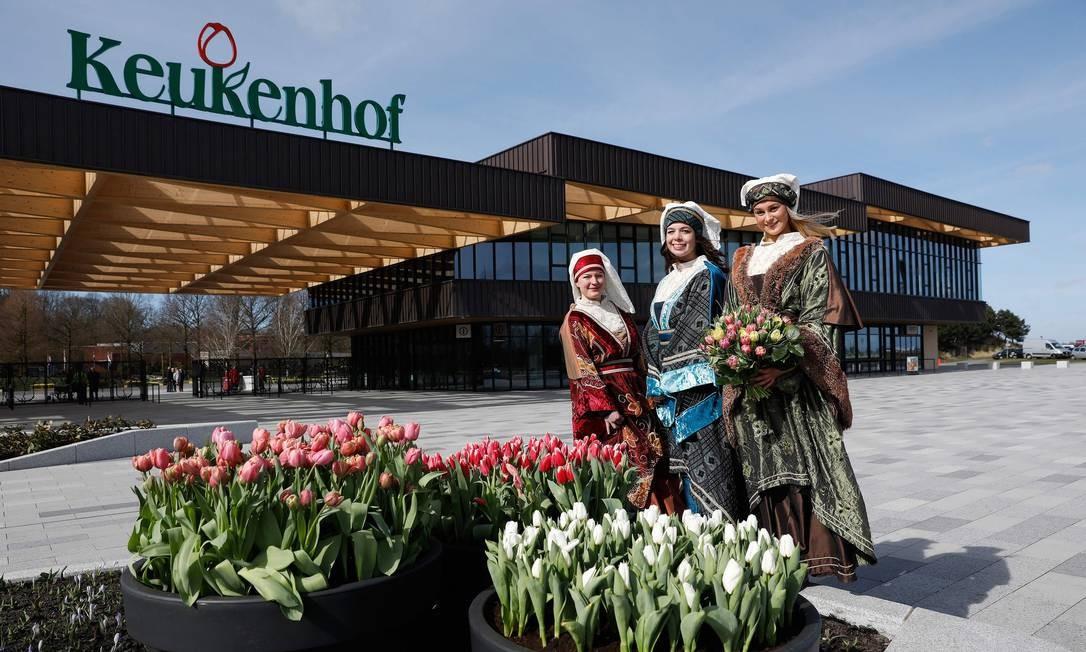 """O maior parque de flores do mundo, o Keukenhof, que fica na cidade holandesa de Lisse, abrirá as portas para o público a partir desta quinta (23) até o dia 21 de maio. O local é famoso pelas tulipas de diversas cores. O tema da festa, este ano, é o """"Dutch Design"""" (Design holandês). Foto: BAS CZERWINSKI / AFP"""