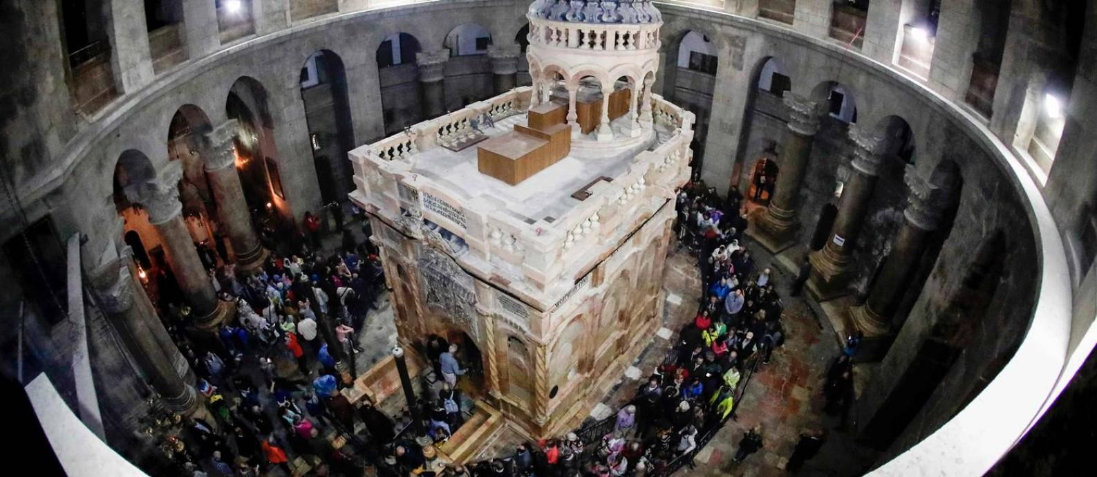 Público aguarda para entrar na Edícula reformada na Igreja do Santo Sepulcro de Jerusalém Foto: THOMAS COEX / AFP