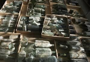 Garrafas de licor centenárias foram encontradas perto da cidade de Ramla, em Israel Foto: Clara Amit / AP