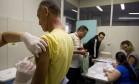 Homem é vacinado contra febre amarela após doar sangue no Hemorio Foto: Márcia Foletto / Agência O Globo