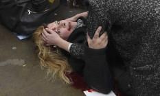 Uma mulher ferida é socorrida após o ataque em Londres Foto: TOBY MELVILLE / REUTERS
