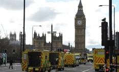 Equipes de emergência atendem as vítimas após ataque na Ponte de Westminster e no Parlamento britânico Foto: NIKLAS HALLE'N / AFP