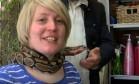 Salão de beleza oferece massagem feita por cobra Foto: Reprodução/YouTube