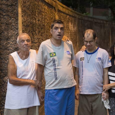 Colegas. Geraldo Ramos (à esquerda) e o filho, Sérgio, ao lado de Rosemberg e da mãe dele, Arlete Foto: Analice Paron / Agência O Globo