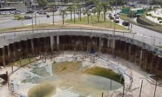 Piscina. Água está parada no buraco da obra em frente ao Maracanã Foto: Ana Branco / ana Branco