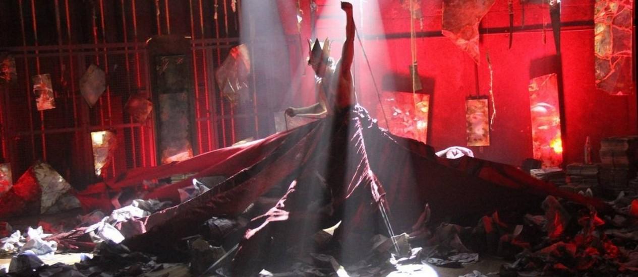 Iluminação. Adepto do candomblé, Satã se dizia filho de ogum e iansã, cujas cores aparecem no cenário Foto: DIVULGAÇÃO/CLAUDIO POMPEU / Fotos de divulgação/Cláudio Pompeu