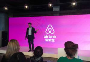 Brian Chesky, cofundador e diretor executivo do Airbnb, apresenta o nome da empresa especial para o mercado chinês Foto: STAFF / REUTERS