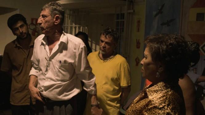 Carmen Silva (à direita), líder da Frende de Luta pela Moradia, interpreta a si mesma, ao lado de refugiados de verdade e atores profissionais, como José Dumont (de amarelo) Foto: Divulgação / Divulgação
