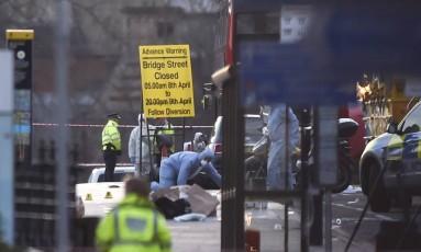 Investigadores forenses inspecionam a Ponte de Westminster após o ataque com veículo Foto: HANNAH MCKAY / REUTERS