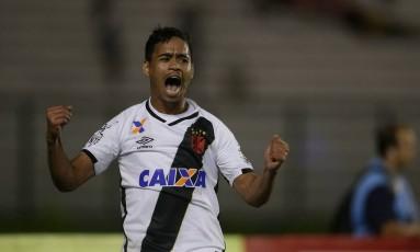 Pikachu vibra ao fazer o gol da vitória do Vasco sobre o Madureira Foto: Márcio Alves
