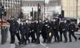 Policiais passam pelo Parlamento britânico após atentado nas imediações Foto: Kirsty Wigglesworth / AP