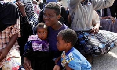 Imigrante ilegal com os filhos em um campo de detenção em Trípoli, na Líbia Foto: ISMAIL ZITOUNY / REUTERS