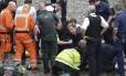 Deputado conservador Tobias Ellwood ajuda os serviços de emergência a prestar os primeiros-socorros a uma vítima Foto: Stefan Rousseau / AP