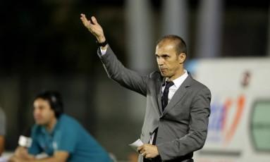 O técnico Milton Mendes venceu a estreia pelo Vasco Foto: Márcio Alves