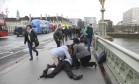 Homem ganha primeiros socorros aopós atropelamento na Ponte de Westminster Foto: TOBY MELVILLE/REUTERS