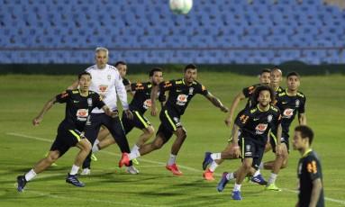 No meio de jogadores como Paulinho, Marcelo, Miranda e Daniel Alves, Tite aguarda o cruzamento, enquanto um ausente Neymar espera a conclusão da jogada Foto: Matilde Campodonico / AP