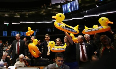 Deputados durante votação do projeto da terceirização Foto: Givaldo Barbosa / Agência O Globo